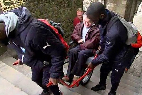Des joueurs du FC Saint-Lô ont prêté main forte ce mardi à l'association APEI Centre Manche pour une randonnée au Mont-Saint-Michel