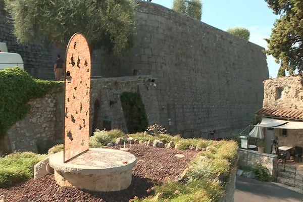 """""""0-3"""", oeuvre de l'artiste Pierre-Alexandre Savriacouty, reprend la forme d'une porte ancienne du village de Saint-Paul de Vence."""