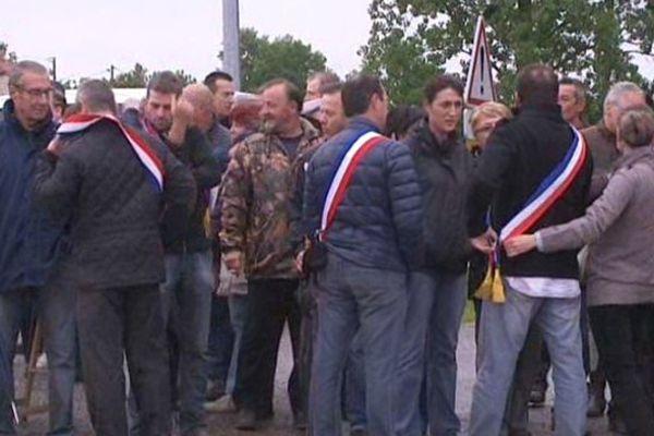 Les élus se sont réunis à l'entrée de la tuilerie