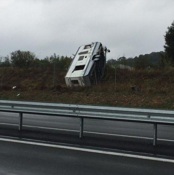Tornade sur l'A75 dans l'Hérault. Une caravane a été arrachée d'un véhicule qui la tractait