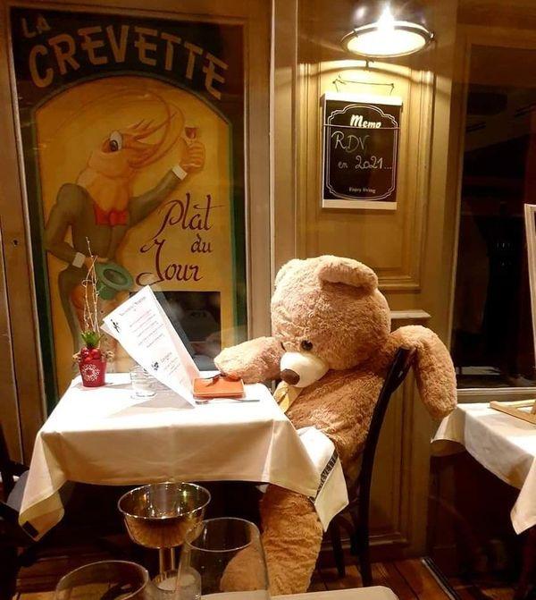 Comme certains habitués, celui-ci préfère lire son journal, seul à table.
