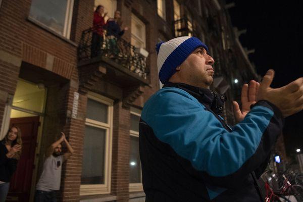 Aux Pays-Bas aussi les habitants applaudissent chaque soir pour encourager et remercier leurs soignants.