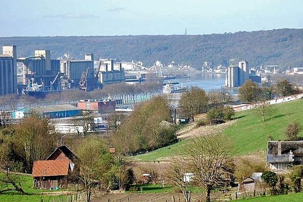 La Seine et les silos à blé du port maritime de Rouen vus de l'Allée du Fond du Val