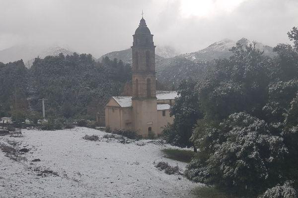 À San-Lorenzo, Haute-Corse, cinq centimètres de neige sont tombés dans la nuit de vendredi à samedi.