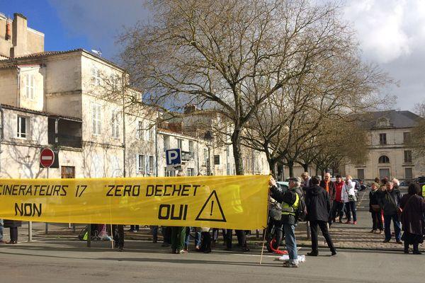 Manifestation des opposants à l'incinérateur d'Echillais devant la préfecture de La Rochelle ce jeudi 11 janvier 2018.