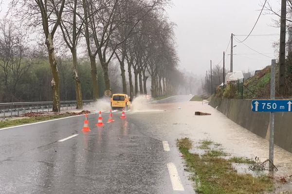 La route entre Couiza et Alet, dans l'Aude, est submergée et a été coupée à la circulation