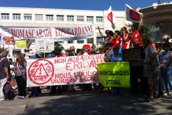 Manifestation jeudi matin devant la Villa Méditerranée à Marseille. Ecologistes et citoyens veulent interpeller le président de la République  sur le problème de la transition énergétique.