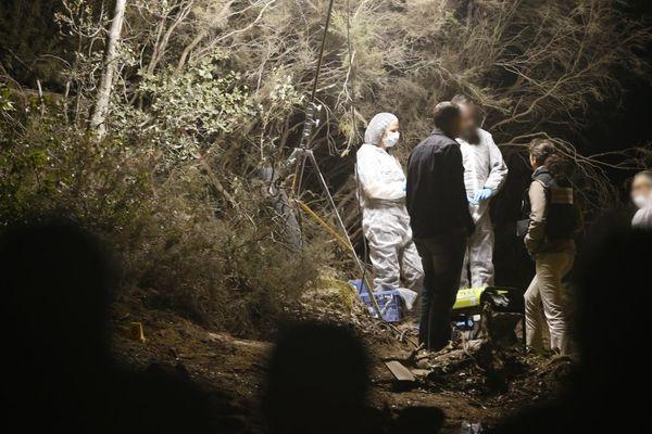 Des techniciens en identification criminelle de la gendarmerie nationale sur la scène de crime à Soccia (Corse du Sud) où un conseiller municipal a été tué d'une balle dans la tête, le 4 novembre 2017.