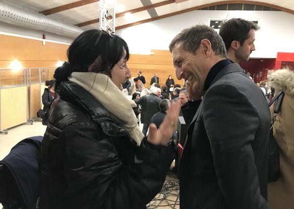 Jean-Sébastien de Casalta, discutant avec une sympathisante au sortir d'une réunion publique