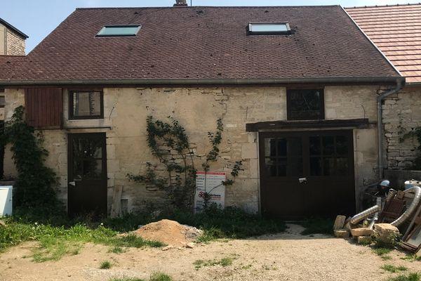La façade du garage, après changement des portes et fenêtres.