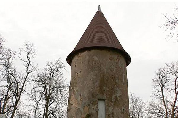 L'une des deux tours du château de la Chétardie.