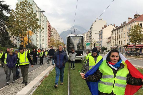 Certains gilets jaunes occupent les lignes de tram