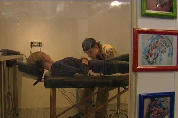 Le tatouage, c'est au fond du magasin, après les vêtements !