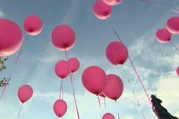 Mobilisation contre le cancer du sein : un lâcher de ballons s'est déroulé à République
