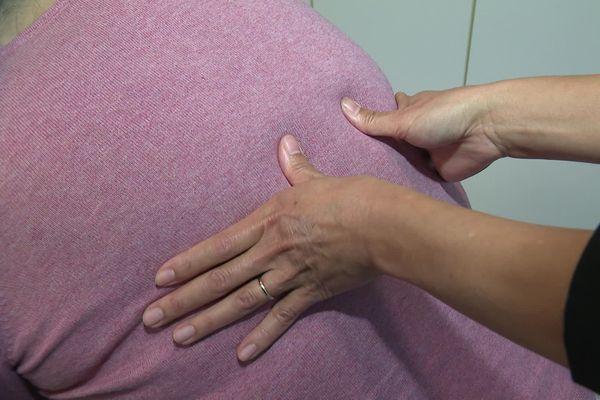 Après une garde de douze heures, Julie Pereira, assistante de régulation médicale au Samu, profite d'un massage énergétique.