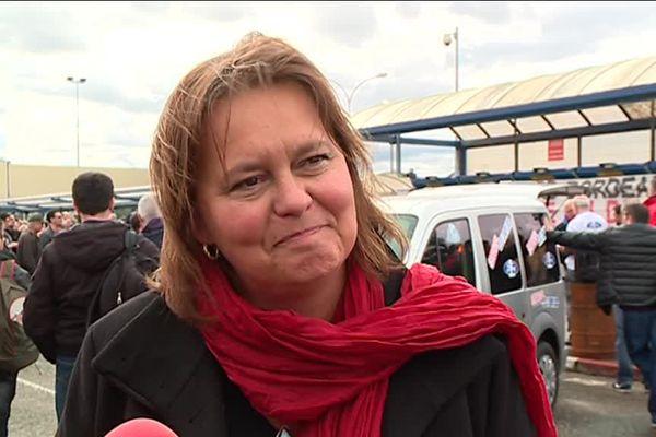 Véronique Ferreira, la maire de Blanquefort devant l'usine Ford en mars 2018