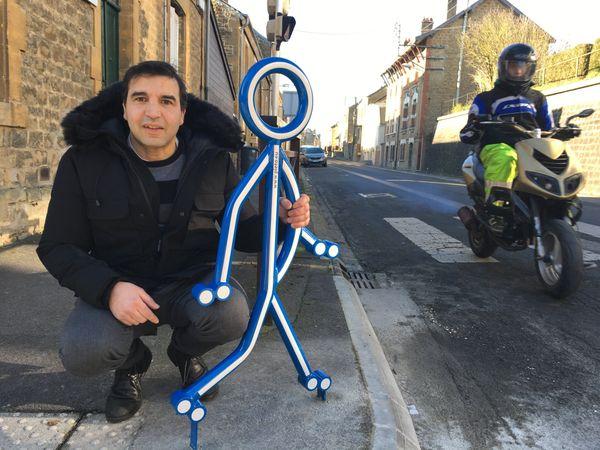 Salah Chaouchi , délégué à la propreté de la ville, croit, dur comme fer, que ce petit bonhomme a un message à faire passer