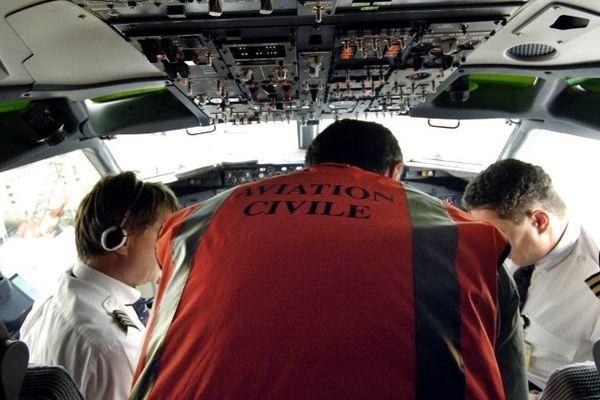 (Illustration) Un employé de la Direction générale de l'aviation civile, s'entretient avec les pilotes d'un Boeing 737-700