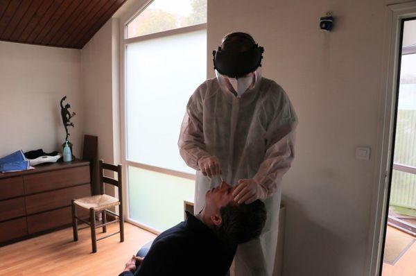 Un médecin généraliste de Tourcoing effectuant un test Covid-19 dans son cabinet du quartier de la Bourgogne.