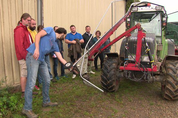 Beaucoup de pratique autour des machines, qu'il faut adapter à la culture et récolte des lianes de houblon.