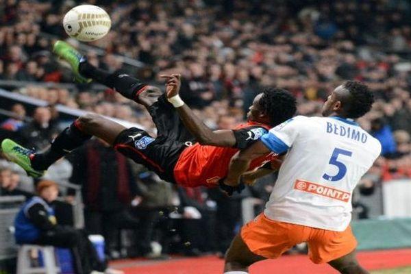 Rennes - Bedimo du MHSC à la lutte avec Pitroipa de Rennes - 16 janvier 2013.
