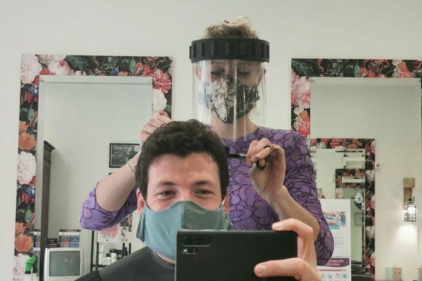 Depuis ce lundi 11 mai, les clients - tout comme le coiffeur - doivent être masqués