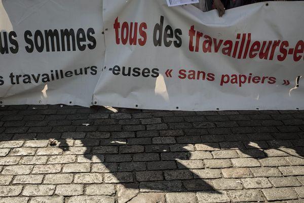 La CGT appelle à des rassemblements devant les préfectures d'Île-de-France pour régulariser des travailleurs sans-papiers.