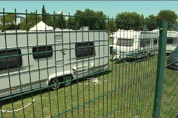 Une centaine de caravanes de gens du voyage se sont installées sur le stade Saint-Cassien entre Cannes et Mandelieu.