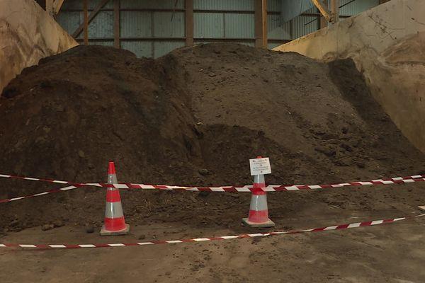 Le compost non-conforme a été retiré et stocké sur le site de l'incinérateur d'Echillais, dans l'attente d'être enfoui.