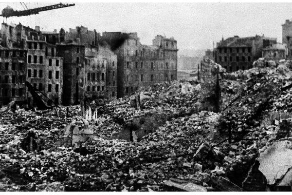 Le quartier derrière le Vieux-Port vidé de ses habitants puis dynamité en 1943.