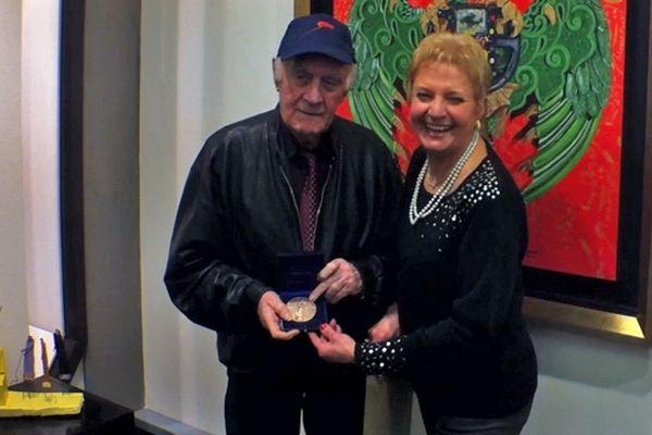 29 Janvier 2013 : Rémy Julienne reçoit la médaille d'honneur de la ville de Rouen des mains de son amie l'artiste peintre Françoise Lemaître-Leroux à la galerie Rollin