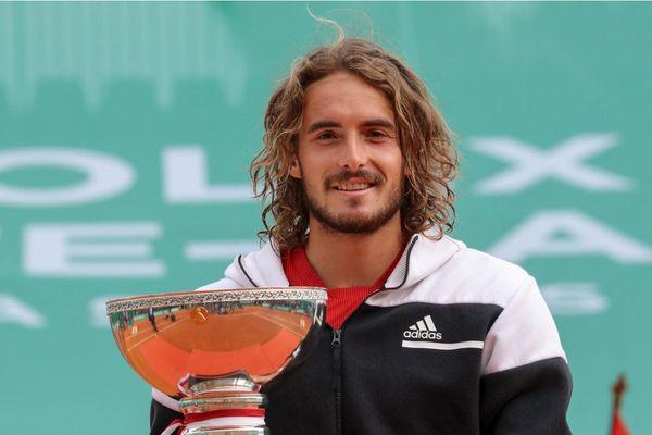 Le grec Stefanos Tsitsipas prend la pose avec son trophée après sa victoire en finale à Monte-Carlo.