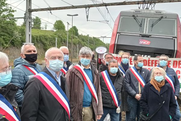 Les membres du Comité de défense de la Gare d'Argenton sur Creuse étaient à nouveau sur le front ce vendredi pour défendre leur droit à avoir plus de dessertes de trains en gare.