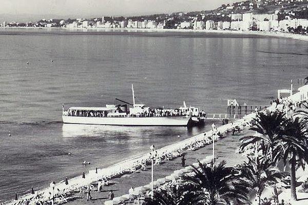 Un bateau Gallus amarré au ponton face au palais de la Méditerranée à Nice