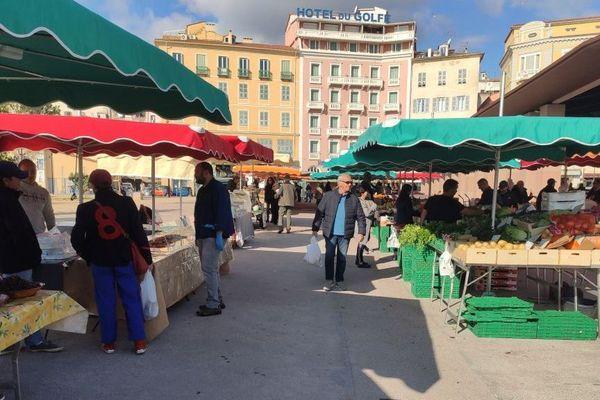 Le marché d'Ajaccio, où les agriculteurs ne peuvent plus faire de vente directe.