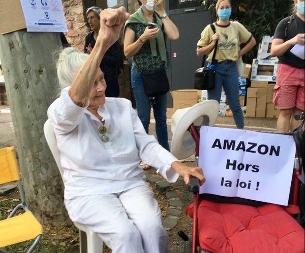 Germaine, 91 ans, toujours le poing levé !
