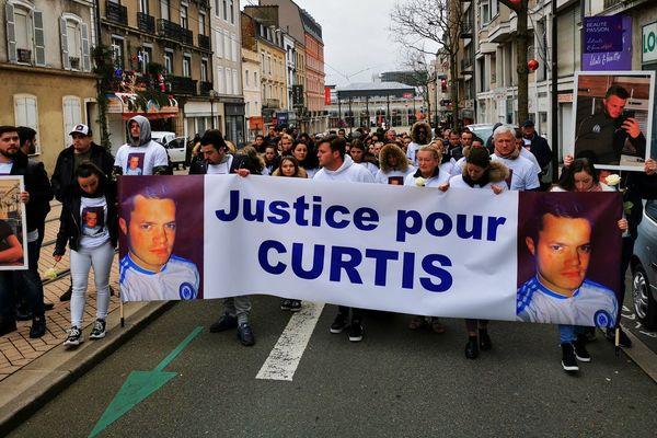 """""""Justice pour Curtis"""", peut-on lire sur la banderole."""