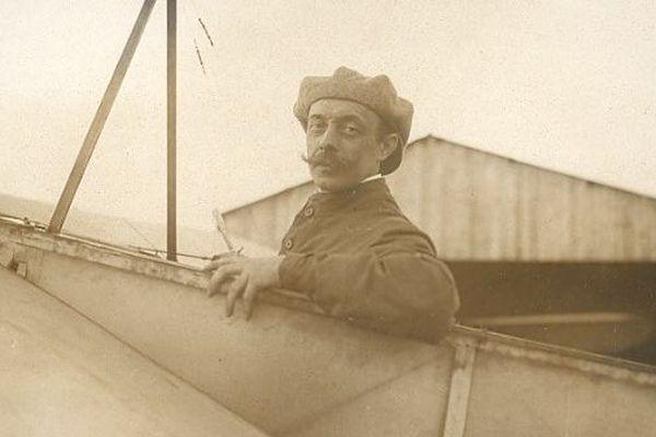 Médecin humaniste, pilote d'avion et sénateur de la Loire  (1905 à 1914), Emile Reymond est le seul sénateur mort au combat pendant la Première guerre Mondiale.