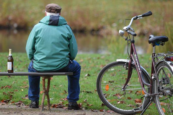 Selon la Fondation de France, 65% des personnes isolées pensent qu'il est difficile de rencontrer des gens et de discuter avec les autres autour de chez eux. Cela concerne 41% de l'ensemble des français.