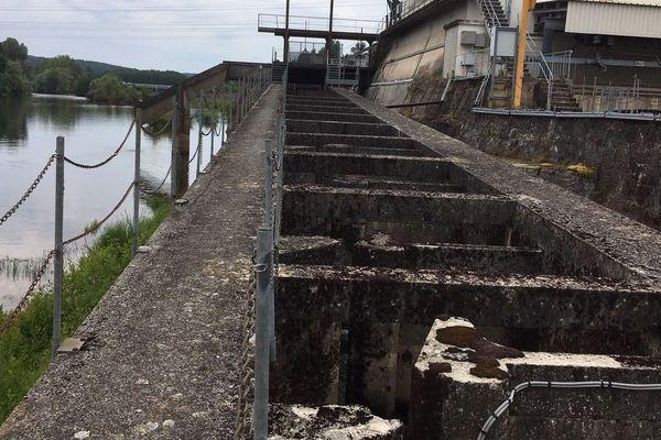 A un kilomètre de Mauzac, le barrage de Calès est déjà équipé d'une échelle permettant aux saumons de remonter la rivière