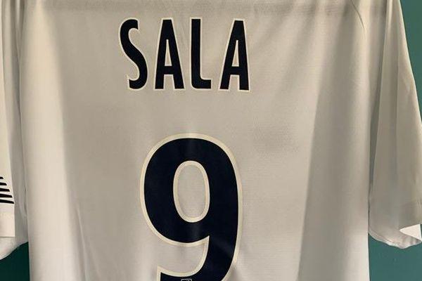Une édition limitée du maillot du FC NANTES du très regretté N°9 Emiliano Sala. Une des pièces de collection disponible sur cette vente aux enchères.