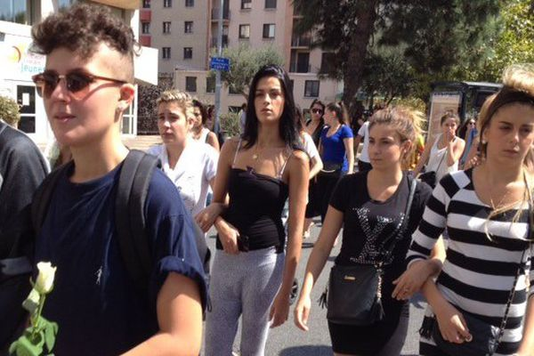Environ 300 personnes ont participé à la marche blanche en hommage à Erika, l'adolescente tuée par son petit ami à Perpignan - 27 août 2015