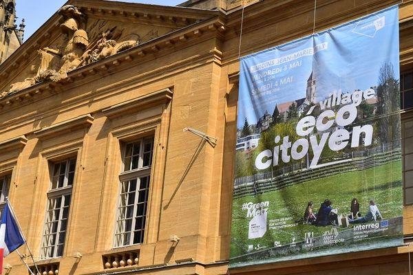 Le village éco-citoyen s'affiche en grand dans toute la ville de Metz, avant le G7 de l'environnement qui se tiendra du 5 au 6 mai.