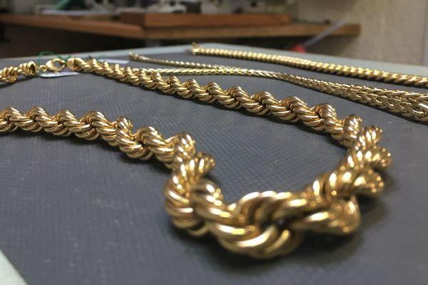 La spécialité de Saint-Amand-Montrond : les bijoux en creux en or 18 carats.