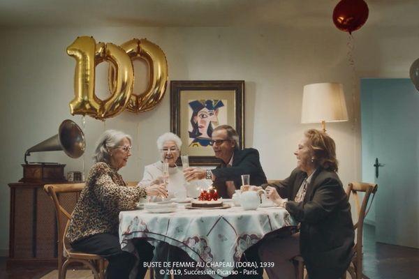 Dans une publicité, la fondation imagine qu'un couple accroche ce tableau dans sa salle à manger à l'occasion d'un anniversaire.