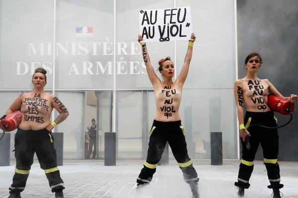 Trois Femen ont protesté devant le ministère des Armées à Paris, avec des extincteurs.