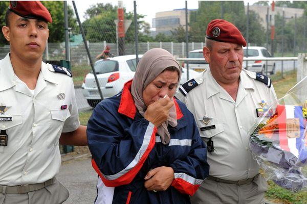 Latifa Ibn Ziaten pleure son fils, 1ère victime de Mohamed Merah le 11 mars 2012 devant le gymnase du château de l'Hers à Montaudran (Toulouse).