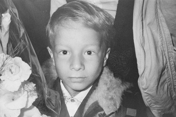 Une des photos du petit garçon prise le jour de sa rentrée scolaire. En tombant sur ces clichés que contenait un vieil appareil acheté aux puces à Moscou, Elisabeth décide de tout faire pour retrouver ce garçon.