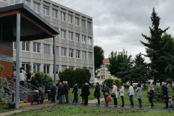 Mardi 15 mai, la file d'attente s'allongeait encore à Clermont-Ferrand, pour déclarer ses impôts.