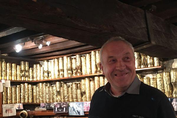 Claude Rozet entrepose une partie de sa collection de douilles d'obus dans le sous-sol de sa maison de Mirebeau-sur-Bèze en Côte d'Or.